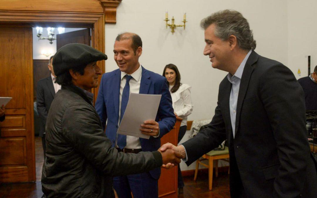 Etchevehere entregó fondos para agricultores familiares en Neuquén